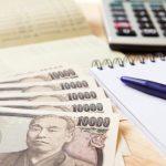 通帳と電卓と一万円札