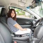 新車と助手席に乗る女の子
